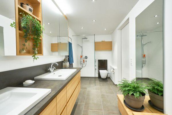 Bad Blickrichtung Dusche und WC
