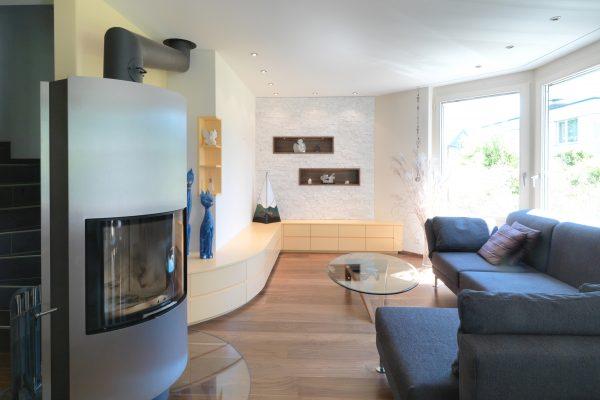 Blick ins Wohnzimmer mit Schwedenofen