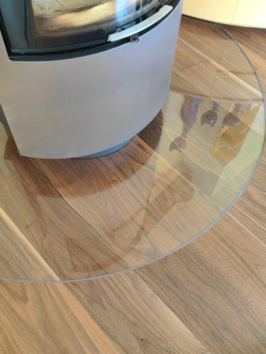 Glas als Schutz vor Glut-Spritzer. Glas ist mit Parkett b++ndig