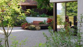 Hof_Gartengestaltung_Kies_Wasser_Moorbeet
