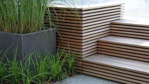 Terrassengestaltung_Gräser_Treppe_Holz