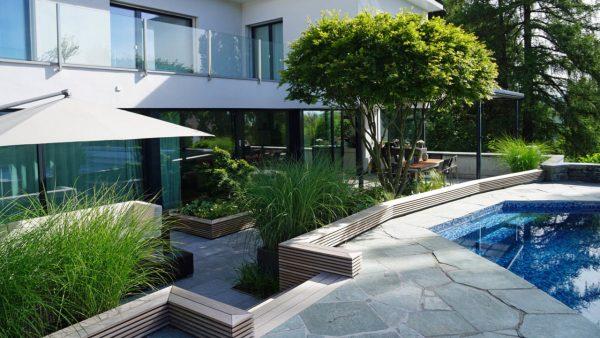 Terrassengestaltung_Holz_Pool_Ahorn