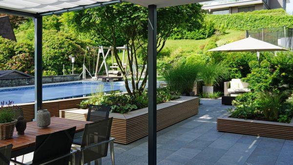 Terrassengestaltung_Naturstein_Holz_Gräser_Ahorn