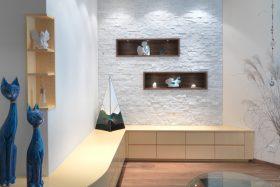 Wohnzimmerm+Âbel auf Sitzh+Âhe mit Natursteinwand und Holz-Dekorelementen
