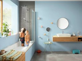 croma-e_overhad-shower-shower-set_childen-and-bath-tub_ambience_4x3