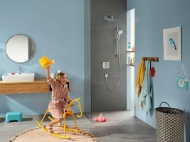 croma-e_overhead-shower-shower-set_playing-child_ambience_4x3