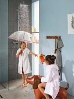 croma-e_showerpipe_children-with-umbrella_ambience_3x4