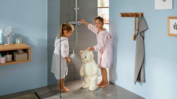 croma-e_showerpipe_keyvisual_children-showering-baer_ambience_16x9