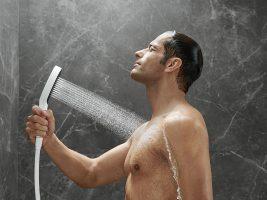 rainfinity_hand-shower_powderrain_man_ambience_4x3