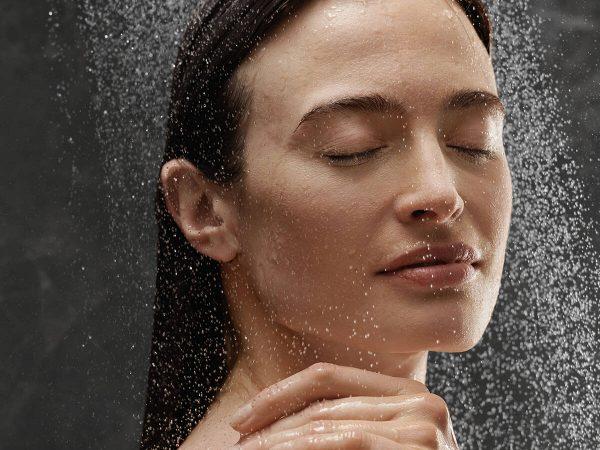 rainfinity_woman_showering_emotional_4x3