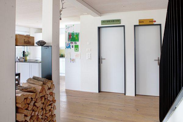 Eingangsbereich mit Holzelementen