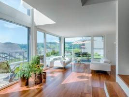 Wohnzimmer mit offener Galerie