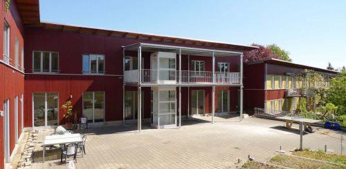 Lift-Aussenbereich-Behindertenwohnheim-ohne-Unterfahrt
