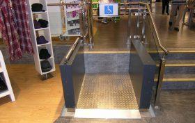 Rollstuhl-Hublift-Einkaufszentrum