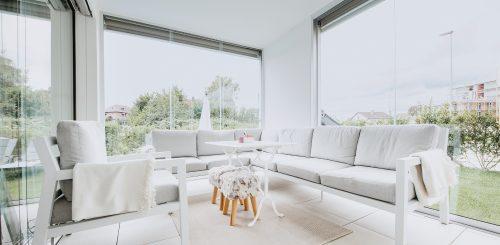 COVER-Balkon-und-Sitzplatzverglasung-Schiebeverglasung-einfacher-Windschutz-aus-Glas