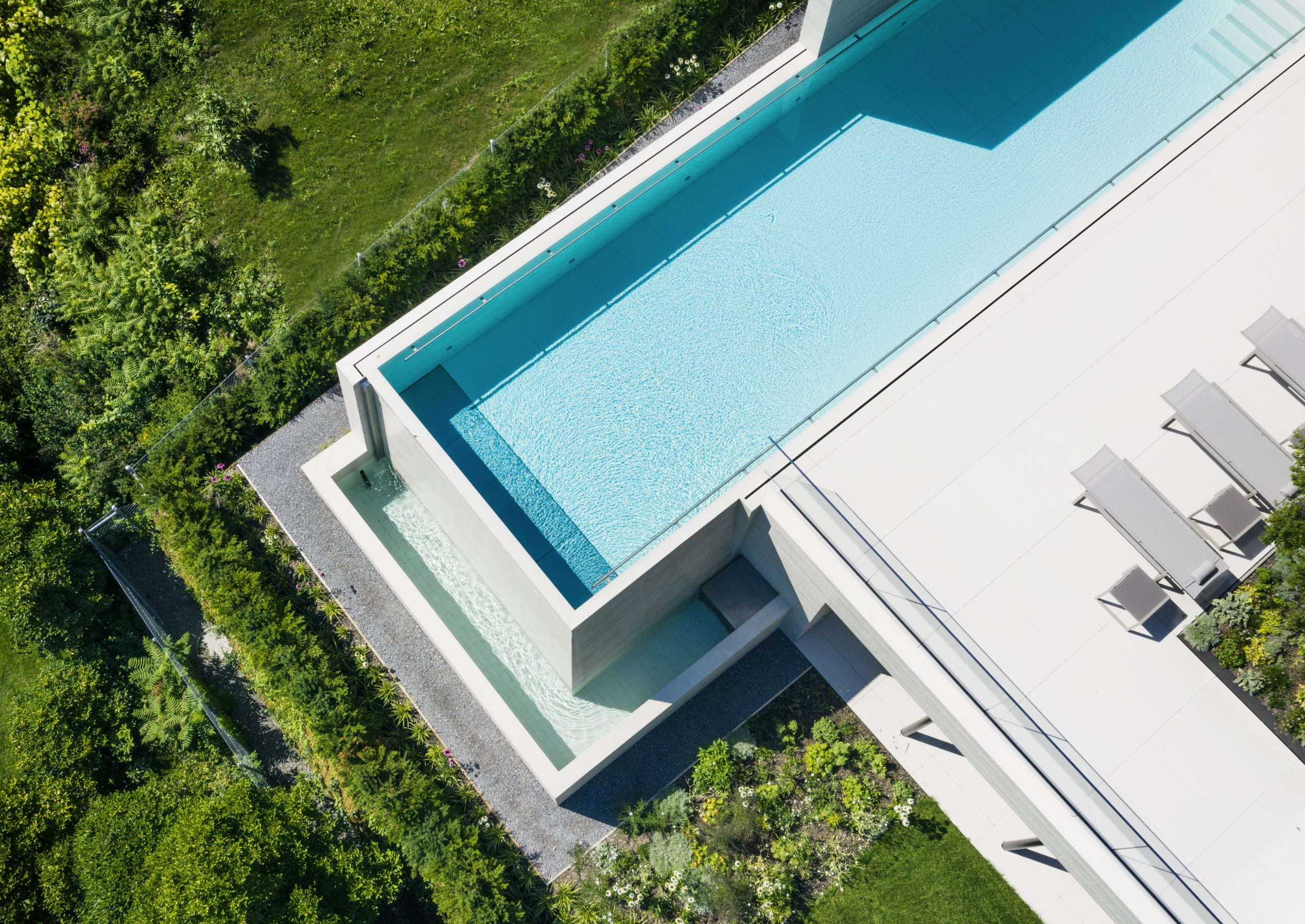 Infinity Pool mit offenem Ausgleichsbecken
