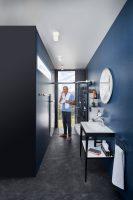eintauchen-ins-blaue-bad-mit-wc-blaue-oase-inspiration-badewelten