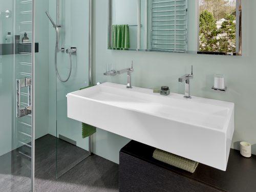pastellfarbenes-bad-mit-waschtisch-dusche-inspiration-badewelten