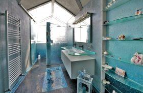 badezimmer mit schmelzglas