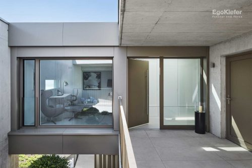 Fassade imitiert Vorhänge (Foto: © Damian Poffet)
